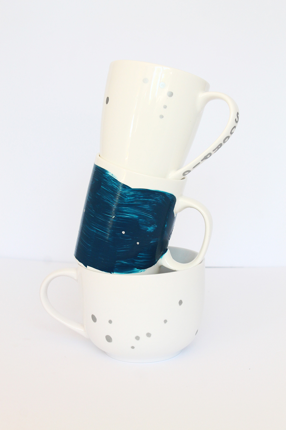 Learn how to DIY a plain mug with your constellation. Templates included | Squirrelly Minds